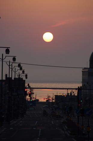 小樽駅前から見る日の出