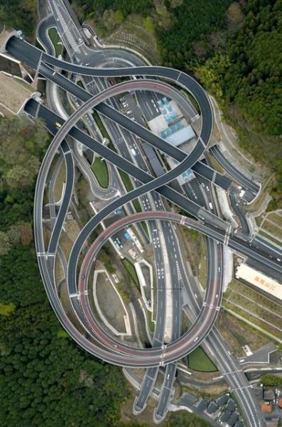 道路が渦を巻いたように見える圏央道高尾山IC