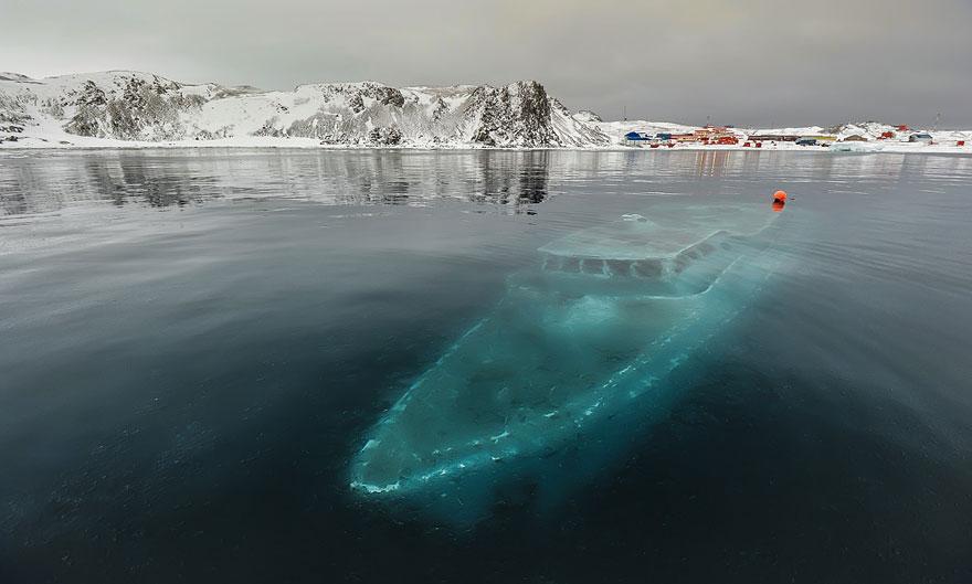 沈没したヨット、南極大陸