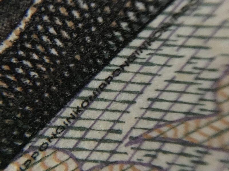 1万円札に書かれているマイクロ文字を撮影。参考→独立行政法人 国立印刷局 - お札の偽造防止技術~現在発行されているお札~