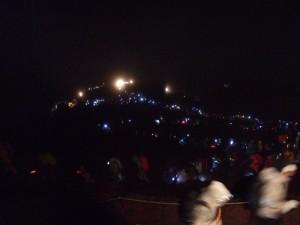 深夜の登山者群